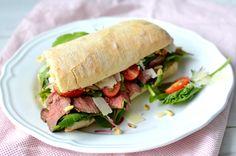 Maak nu je eigen homemade broodje rosbief! Heerlijk met truffelmayonaise, parmezaanse kaas en een beetje rauwkost. Ideaal als lunch for 2!