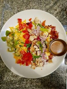 Hard Rock Cafe! Μαρούλι, τομάτα, κρεμμύδι φρέσκο, αυγό, μπέικον, κοτόπουλο, αβοκάντο, 2 είδη τυριών, σως βαλσαμικο.