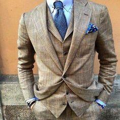 Acheter la tenue sur Lookastic: https://lookastic.fr/mode-homme/tenues/complet-brun-chemise-de-ville-bleue-claire-cravate-bleue/21253 — Chemise de ville bleue claire — Cravate bleu — Pochette de costume imprimé bleu — Complet écossais brun