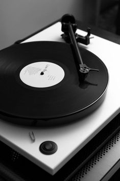 Aesthetic Vintage Black And White - Aesthetic Black And White Aesthetic, Aesthetic Colors, Aesthetic Vintage, Aesthetic Photo, Aesthetic Pictures, Black And White Photo Wall, Black N White, Black And White Photography, Record Players