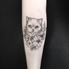 Tatuagem de gatinho fofinho criada por Sandra Cunha. #tattoo #tatuagem #art #arte #blackwork #pretoecinza #gato