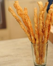 French Cheese Straws To save time, buy good-quality store-bought puff pastry to make these easy, elegant party appetizers. French Appetizers, Appetizers For Party, Appetizer Recipes, Yummy Appetizers, Tapas, Cheese Straws, Cheese Puffs, Easy Cheese, Cheese Bread
