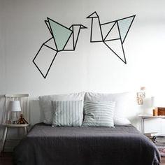 <p>Kunst boven je bed, maar dan zonder de gepeperde rekening. Een paar rolletjes tape en een <em>steady </em>hand, meer heb je niet nodig.</p>