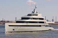 Het eerste hybride jacht 18 april 2015 te IJmuiden uit de Middensluis onderweg naar zee http://koopvaardij.blogspot.nl/2015/04/het-eerste-hybride-jacht.html