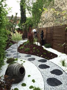 Jardin japonais et zen: Jardin de style de style Asiatique par DCPAYSAGE Small Japanese Garden, Japanese Garden Design, Japanese Garden Backyard, Gravel Garden, Garden Paths, Gravel Patio, Jardin Zen Interior, Small Gardens, Outdoor Gardens