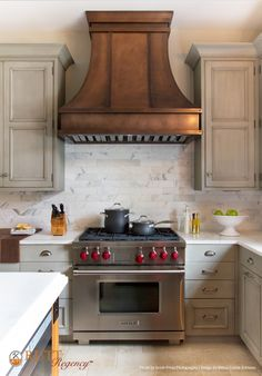 Rutt Regency Cabinetry ~ Abbey Door Design ~ Nimbus Paint w/Grey Antiqued Glaze ~ Island: Gardiners Island Door Design ~ Photo: Jessie Preza Photography ~ Design: Neena Corbin Kitchens