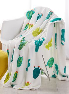 Exclusively from Simons Maison Tropical green hues contrast against a soft bright white fleece fibre, the perfect touch to brighten up your summer decor. Flawlessly pair this season's coveted pattern with your favourite lounge pieces! - Ultra comfortable polar fleece fibre, soft and smooth to the touch - Easy-care, machine wash and dry - 130 x 180 cm