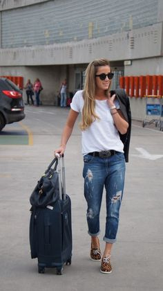 Boyfriend jeans, weekend style, jeans and boots, airport style, fashion pri Travel Outfit Summer, Summer Outfits, Casual Outfits, Cute Outfits, Boyfriend Look, Boyfriend Jeans, Zapatos Animal Print, Airport Attire, Airport Outfits