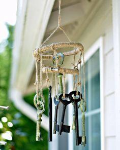 Viele alte Schlüssel können zum Basteln von einem Windspiel verwendet werden