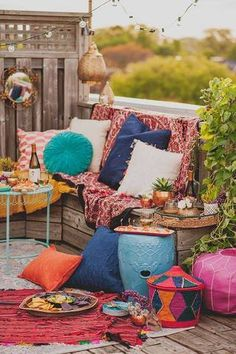 summer decor ideas colorful pillows outdoors