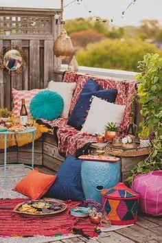 summer decor ideas colorful pillows outdoors