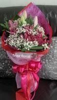 TOKO BUNGA FINAZ : Toko Bunga Murah memberikan contoh Rangkaian Bunga Tangan yang kami rangkai dengan bunga Stargeser (sejenis Casablanca merah) dan dikombinasi Babybrad. Dengan balutan tysu dan pita pink, Bunga Tangan ini terlihat anggun dan mewah. Kami yakinkan Anda, Bunga Tangan karya kami, Toko Bunga Finaz, Toko Bunga di Jakarta tak perlu Anda ragukan lagi, kami menggunakan bunga pilihan.