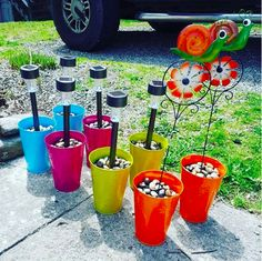 Light up an outdoor walkway by sticking solar lights into cups filled with rocks. - Crafts - Light up an outdoor walkway by sticking solar lights into cups filled with rocks. Diy Solar, Solar Light Crafts, Solar Lights, Diy Garden Decor, Diy Home Decor, Room Decor, Garden Art, Garden Decorations, Garden Planters