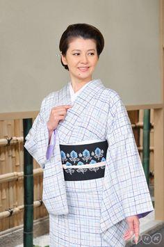 「よろけ格子の染め小紋」に「並列草花文の名古屋帯」。儀式以外の場であれば広く着ていけるおしゃれ着です。