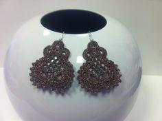orecchini all'uncinetto  piccolo dipinti a mano nei doni del cioccolato,con glitter browne vetrificati.