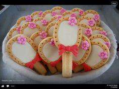 Gezonde (melkbiscuit) en lekkere (langevingers) traktatie...en niet te vergeten roze (marsepein)! Even vastlijmen met een mengsel van poedersuiker en water.