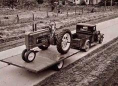 Love this photo Antique Trucks, Antique Tractors, Vintage Tractors, Vintage Farm, Vintage Trucks, Antique Cars, Big Tractors, Farmall Tractors, John Deere Tractors