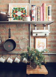 Organização em espaços pequenos. Cozinha com espaço estratégico para os livros de receita :)