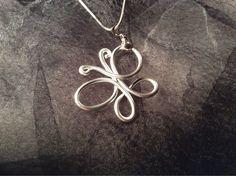 Pendentif papillon en fil aluminium argenté : Pendentif par wendylafeedesbijoux