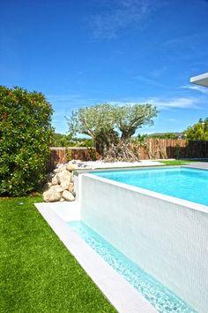 Piscinas con fuentes cascada y luces de colores fuentes for Decorar piscina elevada