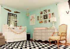 Schwarz-weißer, kleiner Teppich im Kinderzimmer - mintgrüne Wände