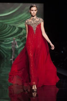 Monique Lhuillier blaast iedereen weg met haar elegante avondjurken. Voor haar wintercollectie gebruikt Lhuillier amper de kleur zwart. De jurken zijn steeds afgewerkt met oog voor detail. #NYFW