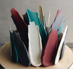 La pâtisserie basée à Moscou, Kalabasa crée des gâteaux colorés inspirés par l'un des éléments les plus fondamentaux de l'art: le coup de pinceau. Les gâteaux sont coiffés d'une collection de traits sculptés et sucrés, de véritables oeuvres d'art comestibles !  Kalabasa a opté pour la décoration de gâteaux non conventionnelle. Les bandes sont fabriquées à partir de chocolat et peintes à l'aérographe dans une gamme de tons variés. Elles sont ensuite délicatement disposées sur les gâteaux...