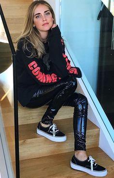 Nice Leather Trousers Outfit, Fashion Moda, Womens Fashion, Vinyl Leggings, Latex Pants, Leder Outfits, Wet Look Leggings, Cool Outfits, Fashion Outfits