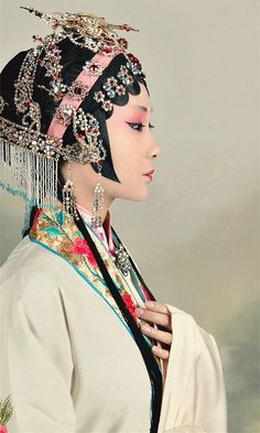 Avery Verhagen- I chose this pin because the Chinese like to wear all these fancy outfits. Asian Style, Chinese Style, 3 4 Face, Chinese Opera, Asian Fashion, Chinese Fashion, China Girl, Chinese Clothing, Folk Costume