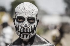 A tribesman from rural Papua New Guinea with his face painted like an undead spirit [2048×1367] Photographed by Trey Ratcliff
