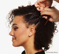 Penteado para a transição capilar: confira o passo a passo do estilo lateral com mecha torcida para cabelo cacheado