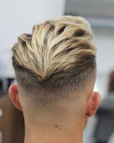 Dégradé sur cheveux mi-longs coiffés en arrière