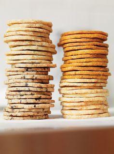 Biscuits de base au parmesan et parfumer ainsi : Biscuits au romarin / Biscuits au paprika et à l'ail: / Biscuits aux olives noires et au piment fort: