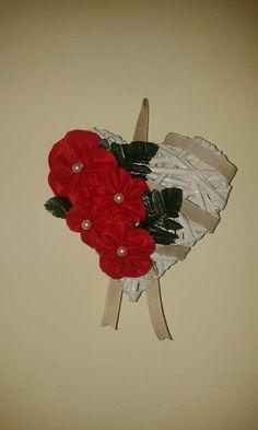 cuore in vimini con fiori di pannolenci