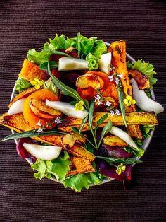 Régalez-vous avec cette délicieuse salade automnale potimarron et sa sauce à la pomme au four. Une recette gourmande et vegan, idéale en automne.