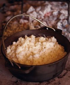 There are three principles to making putu pap successfully, say Jan Braai. They are managing the ration of water to maize meal, building an iceberg and using a two-tined fork. South African Dishes, South African Recipes, Africa Recipes, Mexican Recipes, Braai Recipes, Cooking Recipes, Skillet Recipes, Flour Recipes, Vegetarian Recipes