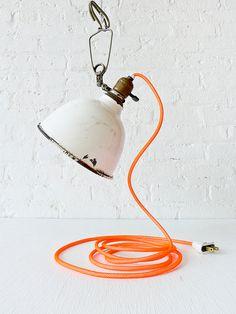 Diese alte Antik 1930er Jahre industrielle portable Clip Lampe hat mit einem der ESWs einzigartige Farbe Schnüre wiederbelebt worden. Dies ist ein ONE OF A KIND Stück, das eine einzigartige Ergänzung zu jedem Hause, im Büro machen würde oder wo auch immer Sie für richtig halten :) Die Clip-Lampe ist Porzellan auf Metall gefertigt. Auf jeden Fall gibt es Anzeichen für Alterung und ästhetische Notlage, die ihm mehr Charakter verleiht. Licht kann auf so ziemlich alles... Seite der Tabelle…