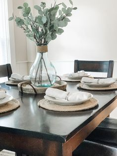 Why spend a fortune on Jute place mats when you can just make your own for way less? Learn how to make these easy DIY Round Jute Place Mats with my simple step-by-step instructions! Dining Table Decor Centerpiece, Dinning Room Table Decor, Simple Dining Table, Deco Table, Centerpiece Decorations, Kitchen Table Decorations, Farmhouse Table Centerpieces, Tall Centerpiece, Centerpiece Wedding