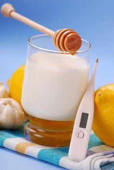 Mleko z miodem i czosnkiem to sprawdzony sposób na przeziębienie.