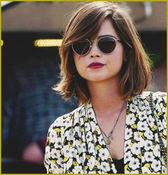 Vintage Hairstyles With Bangs Wonderful Shoulder Length Bob Hairstyles with Side Swept Long Bangs - Vintage Hairstyle Ideas ideas 2019 for lovely looking women are here. Get that old classy touch in yourself by checking out these Vintage Hairstyle Ideas Haircuts For Round Face Shape, Oval Face Haircuts, Haircuts With Bangs, Hairstyles For Round Faces, Messy Bob Haircuts, Round Face Bangs, Short Hair For Round Face, Short Hair For Chubby Faces, Haircut For Face Shape