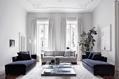 Blue & grey living room / white mounding walls Sfeertje... MPM Advies, interieurstyliste