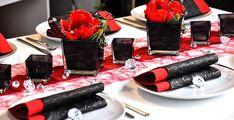 Rot trifft Schwarz. Rote Tischbänder kombiniert mit schwarzen eckigen Vasen und Teelichthaltern. Roter Mohn , Deko-Diamanten und schwarze und rote Servietten runden diese Tischdeko perfekt ab http://www.tischdeko-shop.de/Tischdekoration-nach-Farben/Tischdekoration-Rot/Rot-trifft-Schwarz/