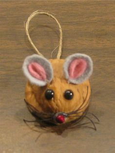 Original Vicki - mouse made from a walnut shell Acorn Crafts, Pine Cone Crafts, Christmas Projects, Fall Crafts, Holiday Crafts, Crafts For Kids, Christmas Tree Ornaments, Christmas Fun, Christmas Decorations