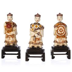 Three figurative snuff boxes in ivory, Chinese China, Minguo, three snuff flasks shaped as 'boys' in polychrome ivory, bases in wood. Approx. weight: 75grs. Dim.: 6cm; with base: 9cm.