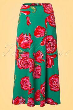 Ben seventies boho chique met deze70s Ibiza Roses Maxi Skirt!  Zodra je deze prachtrok aantrekt waan je je op een zwoele zomerse avond in de smalle straatje van Ibiza stad, zucht... wat een rok al niet teweeg kan brengen ;-) Deze maxi is een echte eyecatcher dankzij de opvallende rood/roze rozen print, onopgemerkt blijven is dan ook geen optie. Uitgevoerd in een heerlijk zachte en dikkere, stretchy jadegroene katoenmix die prachtig soepel valt en niet aftekent. Ibiza ...
