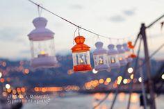 Farolillos para decorar la boda al aire libre {Foto, Marga Gómez} #weddingdecoration #decoracionbodas #tendenciasdebodas