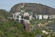 O Morro dos Cabritos (esquerda) e o do Cantagalo (fundo) e a margem da Lagoa.
