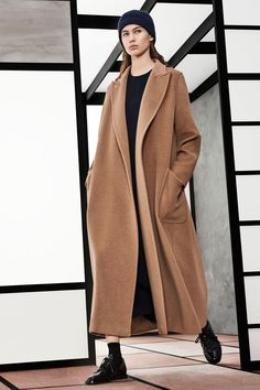See the complete Max Mara Pre-Fall 2018 collection.