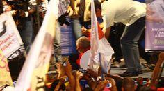 O ex-presidente Lula se desequilibra e cai durante  comício do PT em Salvador (Foto: Margarida Neide/Agência A Tarde)