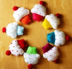 Easy felt cupcakes that are too cute, would make a fun wreath to hang for birthday parties. Felt Cupcakes, Rainbow Cupcakes, Ice Cream Deserts, Felt Food Patterns, Felt Play Food, Gourmet Cupcakes, Kid Furniture, Plywood Furniture, Furniture Design